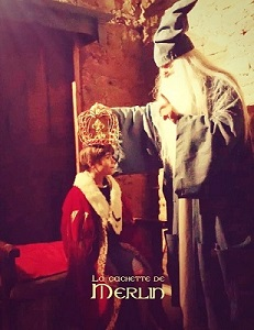 Merlin pose la couronne sur le jeune Arthur